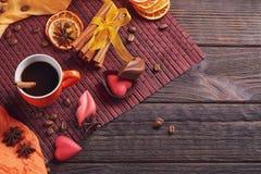 Chocolates na forma do coração e dos bordos, copo alaranjado de c preto Foto de Stock