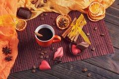 Chocolates na forma do coração e dos bordos, copo alaranjado de c preto Fotos de Stock