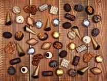 Chocolates na tabela de madeira Imagem de Stock