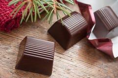 Chocolates no fundo de madeira da tabela Imagens de Stock