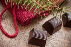 Chocolates no fundo de madeira da tabela Imagens de Stock Royalty Free