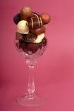 Chocolates oscuros y semi-sweet deliciosos en un vino cristalino g del corte Fotografía de archivo