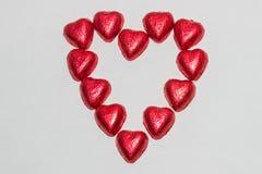 Chocolates rojos en forma del corazón Imagen de archivo libre de regalías