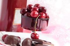 Chocolates y bayas de la cereza dulce 1 imagen de archivo