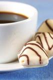 Chocolates y café blancos Fotografía de archivo libre de regalías