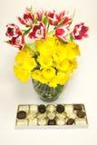 Chocolates y flores imagenes de archivo