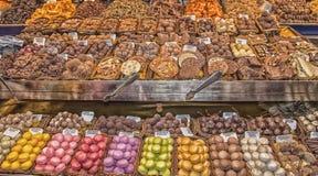 Chocolates y galletas coloridos y deliciosos Fotos de archivo libres de regalías