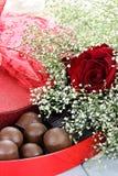 Chocolates y rosas de Beauitful Imagen de archivo
