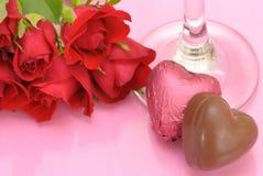 Chocolates y rosas de las tarjetas del día de San Valentín Fotografía de archivo libre de regalías