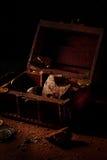 Chocolates y un pedazo de chocolate oscuro Fotografía de archivo libre de regalías
