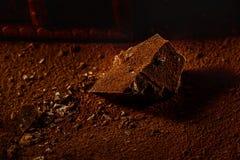 Chocolates y un pedazo de chocolate oscuro Fotos de archivo