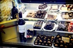 Chocolates y vino belgas Imágenes de archivo libres de regalías