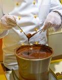 Chocolatier op het werk royalty-vrije stock foto's