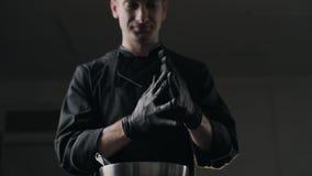 Chocolatier stawia dalej czarne gumowe rękawiczki, robić cukierki i handmade czekoladowi bary, pełny hd Prores HQ 422 zbiory wideo