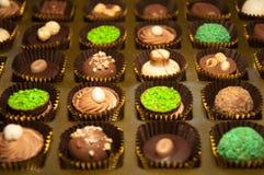 Chocolats Assortiment des chocolats de noir, bruns et blancs fins Photos stock
