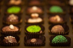 Chocolats Assortiment des chocolats de noir, bruns et blancs fins Photo stock