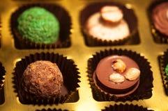 Chocolats Assortiment des chocolats de noir, bruns et blancs fins Photographie stock libre de droits