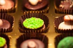Chocolats Assortiment des chocolats de noir, bruns et blancs fins Photo libre de droits
