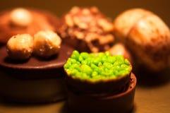 Chocolats Assortiment des chocolats de noir, bruns et blancs fins Image stock