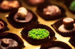 Chocolats Assortiment des chocolats de noir, bruns et blancs fins Photographie stock