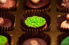 Chocolats Assortiment des chocolats de noir, bruns et blancs fins Images libres de droits