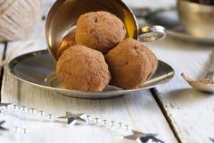 Chocolats avec la praline, le cognac et la liqueur de pistache image stock