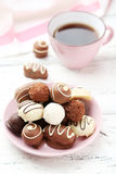 Chocolats dans la cuvette sur le fond en bois blanc Images stock