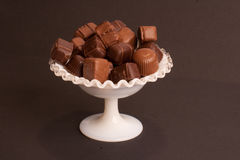 Chocolats dans un paraboloïde images stock