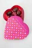 Chocolats dans une boîte en forme de coeur image stock