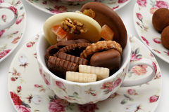 Chocolats dans une cuvette de thé Image stock