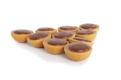 Chocolats de caramel sur le fond blanc Photos libres de droits