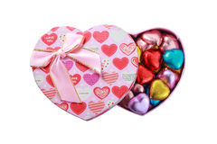 Chocolats de coeur dans le présent de rose Photo libre de droits