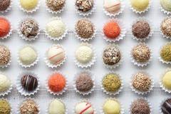 Chocolats de truffe dans les rangées photographie stock
