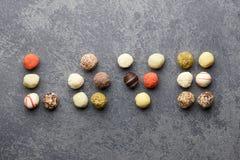 Chocolats de truffe disposés dans l'amour Images stock