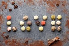 Chocolats de truffe disposés dans l'amour Photos stock