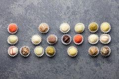 Chocolats de truffe disposés dans l'amour Image libre de droits