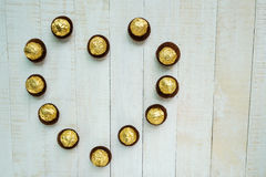Chocolats disposés dans une forme de coeur Image stock