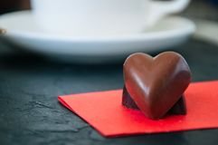 Chocolats en forme de coeur à noir et à lait Photos libres de droits
