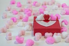 Chocolats en forme de coeur dans un boîte-cadeau Photographie stock libre de droits