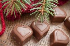 Chocolats en forme de coeur sur le fond en bois de table Image libre de droits
