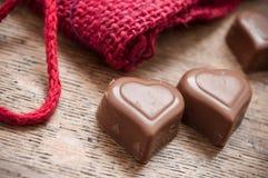 Chocolats en forme de coeur sur le fond en bois de table Image stock