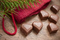 Chocolats en forme de coeur sur le fond en bois de table Photos libres de droits