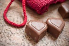 Chocolats en forme de coeur sur le fond en bois de table Images libres de droits