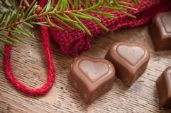 Chocolats en forme de coeur sur le fond en bois de table Photos libres de droits