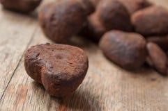 Chocolats en forme de coeur sur le fond en bois de table Photo stock