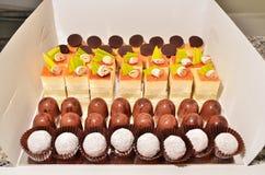 Chocolats enfermés dans une boîte images stock