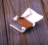 Chocolats enveloppés dans l'aluminium d'isolement sur le fond blanc Images libres de droits