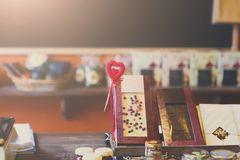Chocolats et confitures d'oranges au compteur d'une boutique de pâtisserie Photographie stock