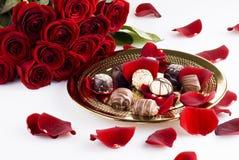 Chocolats et roses photo stock