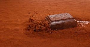 Chocolats sliping sur la poudre noire de chocolat, clips vidéos
